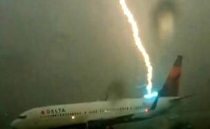 רגעי החרדה על מסלול ההמראה (צילום: sky news)