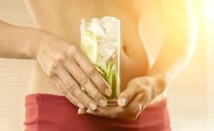 אישה מחזיקה משקה בריאות (אילוסטרציה: thinkstock)