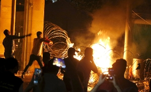 המשטרה מפזרת את המפגינים (צילום: רויטרס)