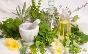 עשבי תיבול, מכתש ועלי, בקבוקי שמן זית ומיץ לימון (צילום: Robert Pears, Istock)