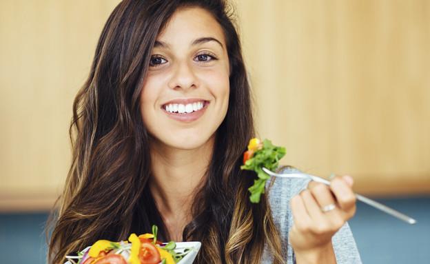 אישה אוכלת סלט (צילום: אימג'בנק / Thinkstock)
