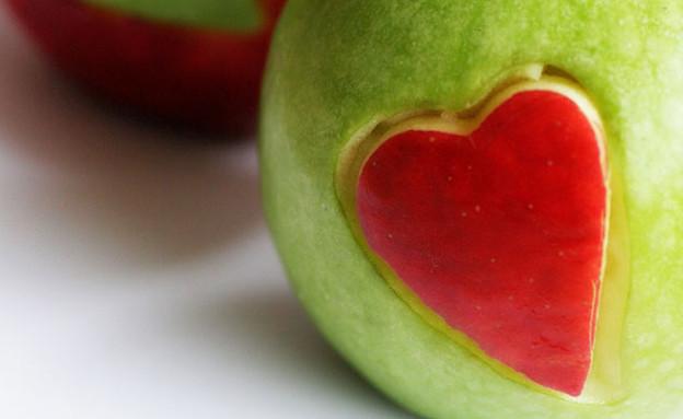 תפוח - לב (צילום: brit.co - flicker/Mariani)