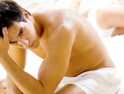בחור בלי חולצה במיטה (צילום: אימג'בנק / Thinkstock)