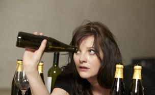 אישה שיכורה שותה בירה- מיתוסים על שיער (צילום: Thinkstock)