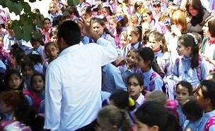 """1,900 תלמידות בבה""""ס אחד"""