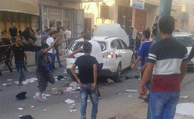 פלסטינים ליד הרכב שהותקף