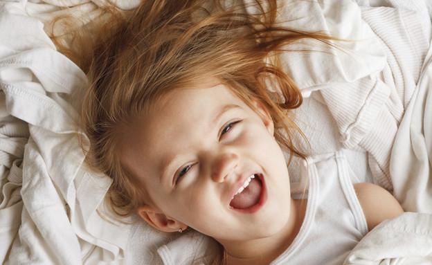ילדה במיטה לא ישנה (צילום: markcarper, Thinkstock)