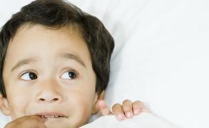 ילד במיטה מפחד (צילום: Fuse, Thinkstock)