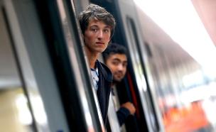פליטים על הרכבת בווינה (צילום: רויטרס)