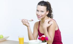 אוכלת ארוחת בוקר (צילום: אימג'בנק / Thinkstock)