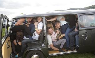 שיא אנשים במכונית (צילום: PA)