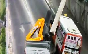 תיעוד: קריסת קורה על מונית שירות (צילום: מוקד עיריית קריית)