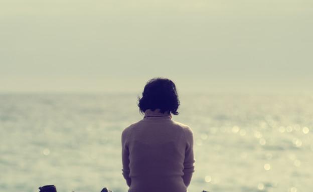 אישה בודדה על חוף ים  (צילום: m-gucci, Thinkstock)
