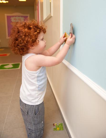 גני ילדים 32, קירות המשמשים כלוחות מגנטיים (צילום: דנה ישראלי, עיצוב-ליאת עברון)