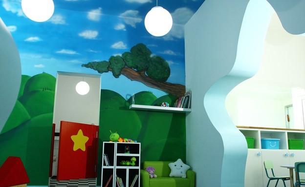 גני ילדים 37, ציור קיר המטפס אל התקרה (צילום: שלומי אלימלך, עיצוב-אורי אביטאי)