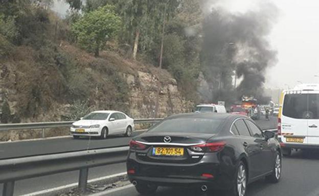 המשאית עולה באש (צילום: אור ניצן)