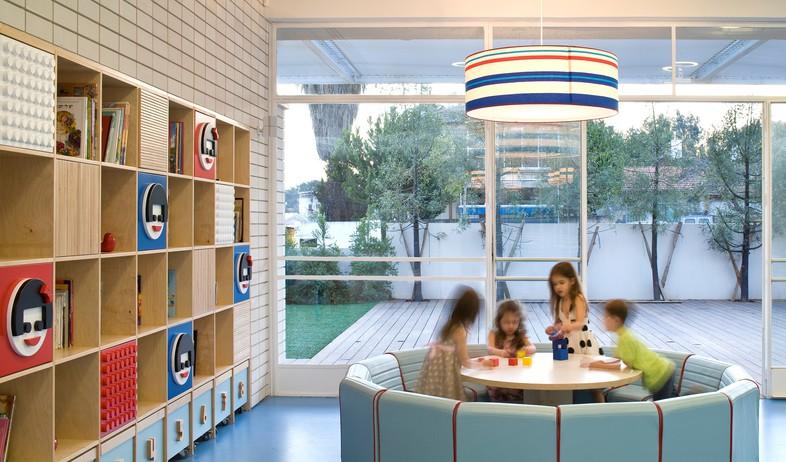 גני ילדים 08, פינת קריאה וספרייה במרכז החלל (צילום: עמית גרון, תכנון-לב גרגיר אדריכלים, עיצוב פנים-שרית שני חי)