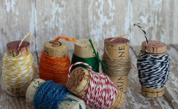 פקקי שעם 11, עושים סדר בחוטים ובכבלים (צילום: addicted2diy.com)
