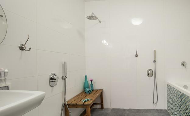 נגישות 01,  שלוש נקודות מים נפרדות בחדר הרחצה (צילום: אורית אלפסי, עיצוב-טלי פז וטל זמנבודה)