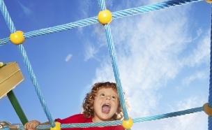 ילד מטפס על סולם (צילום: SerrNovik, Thinkstock)