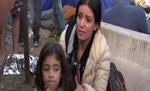 """פליטה סורית בגבול הונגריה: """"קחו את הבת שלי"""" (צילום: sky news)"""