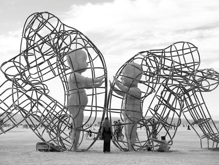 ברנינג מן פסל אנשים ותינוקות  (צילום: נועם אקהויז)
