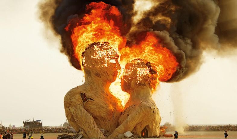 ברנינג מן פסל חיבוק 2014 בעיצובם של קוואן כריסטיאנס מאט שולץ  (צילום: NK Guy)