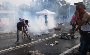 גז מדמיע וזרנוקי מים על המהגרים (צילום: רויטרס)
