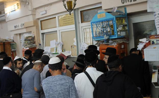 תפילה לשלומו של אוחנה באומן (צילום: חדשות 24)