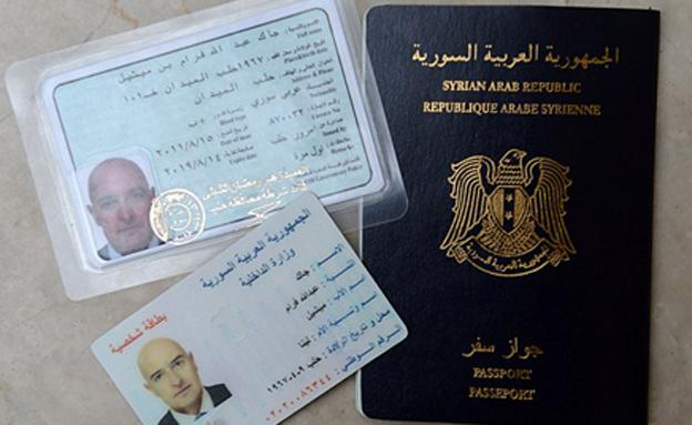 דרכון סורי מזויף תמורת 2,000 דולר (צילום: Mark Large, Daily Mail)