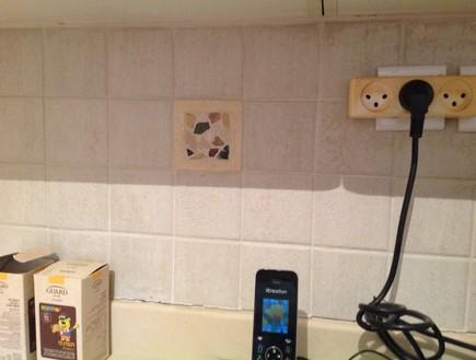 בית לבד 03, האריח שהיה משולב בחיפוי המטבח הישן  (צילום: צילום ביתי)