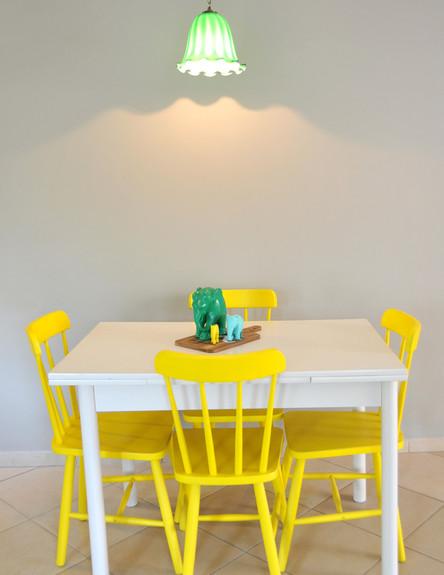 בית לבד 08, ג, פינת האוכל הצבועה על רקע הקיר האפור (צילום: מיכל יניב)