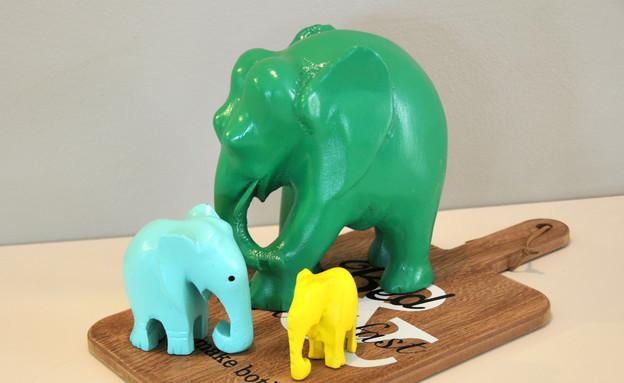 בית לבד 10, פילים אפריקאיים חומים שהפכו צבעוניים ו (צילום: מיכל יניב)
