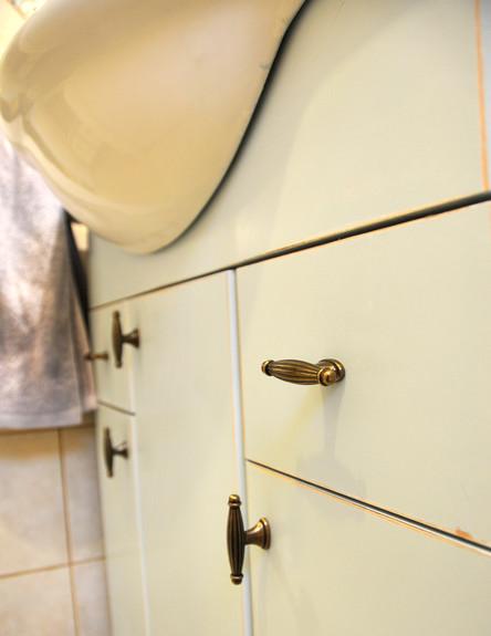 בית לבד 38, ג, תקריב לצביעה שנתנה לפורמייקה מראה ש (צילום: מיכל יניב)