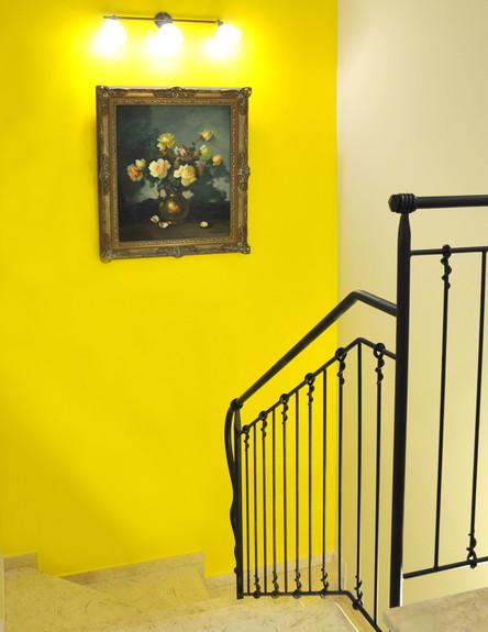 בית לבד 43, ג, המעקה נצבע בספריי צבע שחור מט והקיר בצהוב (צילום: מיכל יניב)