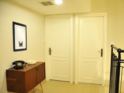 בית לבד 51, הדלתות בקומה העליונה – צביעה ותוספות קרניזים (צילום: מיכל יניב)