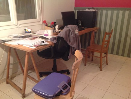 בית לבד 54, השולחן והכיסאות לפני הצביעה (צילום: צילום ביתי)