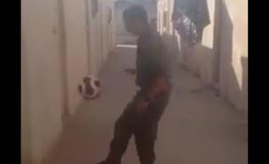 צנחן מקפיץ כדור (צילום: מתוך הסרטון)