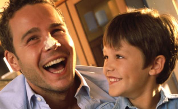 אבא ובן מכינים בצק לסופגניות וצוחקים (צילום: jupiter images)