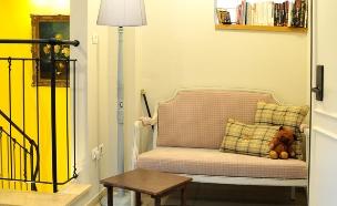 בית לבד 44, פינת קריאה בחלל שבין החדרים (צילום: מיכל יניב)