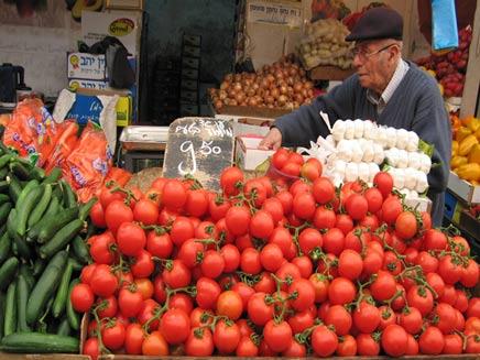 ירקות, עגבניות, מלפפונים, בסטה, שוק, מוכר (צילום: חדשות 2)