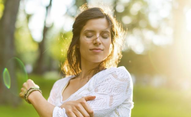 אישה עוצמת עיניים (צילום: אימג'בנק / Thinkstock)