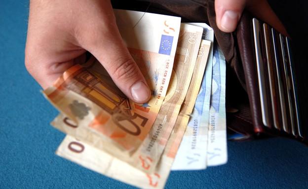 יד מחזיקה כסף (צילום: אימג'בנק / Thinkstock)