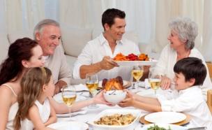 ארוחה משפחתית (צילום: istockphoto)
