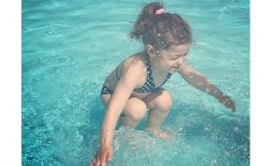 הילדה בבריכה או קופצת אליה?
