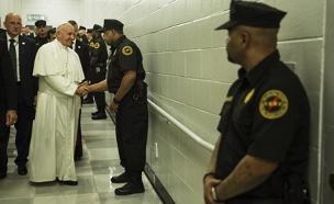 צפו: האפיפיור במפגש עם אסירים (צילום: רויטרס)
