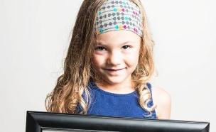 ילדה עם התמונה שלה כפג (צילום: RedM)