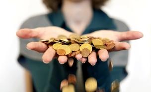 אישה מחזיקה מטבעות (אילוסטרציה: FHR, Thinkstock)