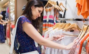 אישה קונה בגדים (אילוסטרציה: Wavebreakmedia Ltd, Thinkstock)