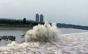 צפו: גלי הנהר השוצף בסין (צילום: רויטרס)
